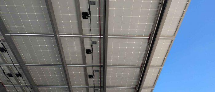 estacionamiento con paneles solares visto desde abajo