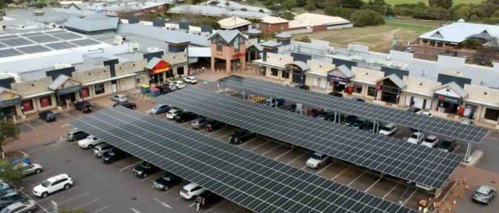 vista area de paneles solares en estacionamiento