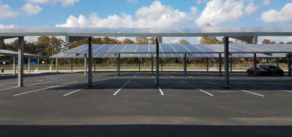 Estacionamiento de empresa on paneles solares
