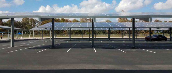 paneles solares de estacionamiento visto de perfil